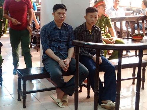 Bị cáo Nguyễn Mạnh Tường (trái) và Đào Quang Khánh sau vành móng ngựa tại phiên tòa phúc thẩm