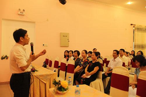 Ông Nguyễn Hiệp Trí, Phòng Bình đẳng giới Sở Lao động - Thương binh và Xã hội TP HCM, tuyên truyền về bình đẳng giới cho cán bộ Công đoàn.