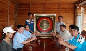 Chủ tịch Công đoàn Công ty TNHH MTV Cao su Chư Prông Lương Văn Quý tặng tranh cho CBCNV Nông trường I