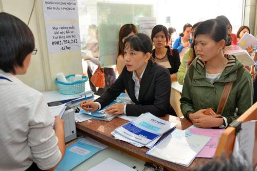 Doanh nghiệp làm thủ tục nộp thuế tại Cục Thuế TP HCM Ảnh: Tấn Thạnh