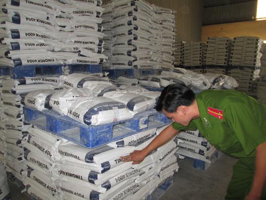 Công an kiểm tra một cơ sở tại quận Bình Tân buôn bán chất cấm trong chăn nuôi. Ảnh: Ngọc Ánh