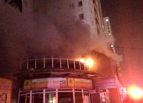 Ngọn lửa xuất phát từ phòng tập gym tầng 2 tòa CT1 khu chung cư Vimeco - Ảnh: Ootofun
