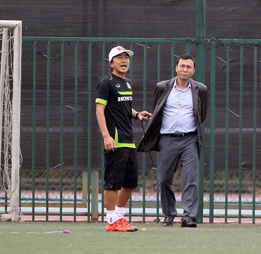 Phó Chủ tịch VFF Trần Quốc Tuấn đến sân tập động viên thầy trò HLV Miura