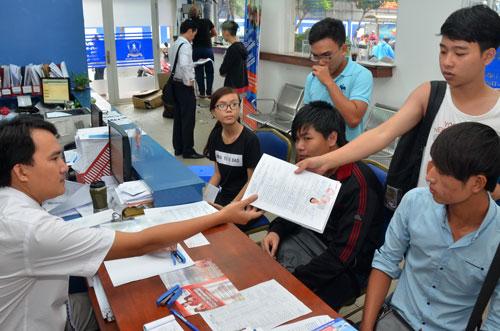 Thí sinh nộp hồ sơ xét tuyển nguyện vọng bổ sung tại Trường ĐH Nguyễn Tất Thành (TP HCM)Ảnh: TẤN THẠNH
