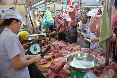Nhiều người chen nhau mua thịt heo VietGAP tại chợ Hòa Bình (TP HCM) sáng 9-10 Ảnh: Tấn Thạnh
