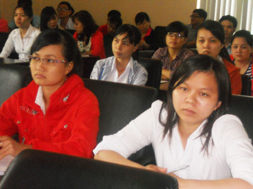 Người lao động tìm hiểu thông tin về chương trình cung ứng điều dưỡng viên, hộ lý sang Nhật Bản do Dolab triển khai