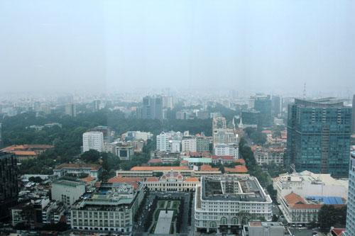 Khoảng 17 giờ ngày 6-10, sương mù bao trùm khu vực trung tâm TP HCM vì không khí ô nhiễm Ảnh: Lê Phong