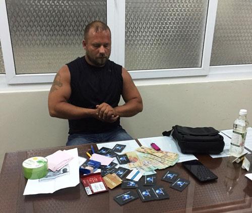 Troian Aleksei (quốc tịch Nga) bị bắt quả tang khi sử dụng các thẻ ATM giả Ảnh: Kỳ Nam