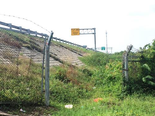 Người dân tự ý cắt rào chắn làm cổng để vào đường cao tốc TP HCM - Trung Lương Ảnh: MINH SƠN