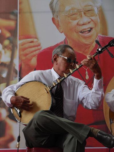 Danh cầm Ba Tu hòa nhạc trong chương trình ĐCTT tại Nhà Văn hóa Thanh Niên sáng 19-9