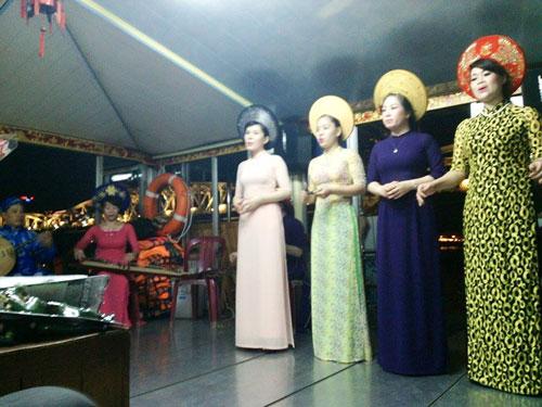 Ca Huế được biểu diễn trên thuyền sông Hương