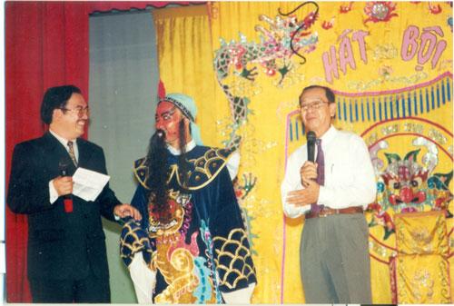 """NSND Đinh Bằng Phi (bìa phải) trong chương trình """"Sân khấu học đường"""" do Nhà hát Nghệ thuật Hát bội TP HCM tổ chức"""