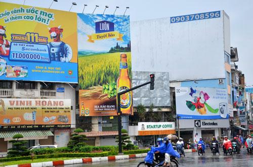 Việc xin cấp phép quảng cáo ngoài trời hiện nay của doanh nghiệp còn nhiều vướng mắcẢnh: Tấn Thạnh