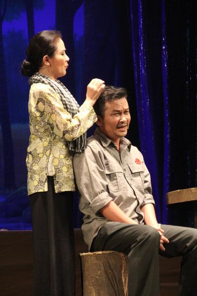 """Nghệ sĩ Thanh Ngân và Hữu Quốc trong vở """"Cõi thiêng"""" Ảnh: Anh Khoa"""