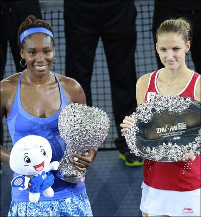 Venus và Pliskova tại lễ trao thưởng sau trận chung kết WTA Elite Trophy