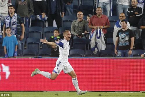 Jason Demetrious của Cyprus mừng chiến thắng trên sân Israel