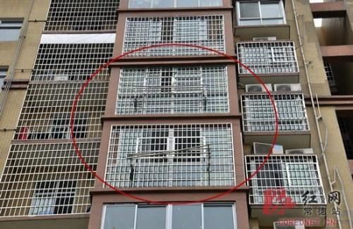 Cha mẹ cậu bé đã lắp đặt thanh chắn an toàn bên ngoài cửa sổ. Ảnh: Rednet.cn