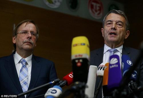 Niersbach (phải) tuyên bố từ chức tại phiên họp DFB hôm 9-11