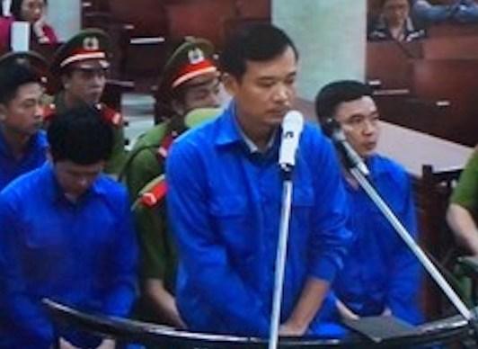 Bị cáo Trần Quốc Đông khẳng định mình không lợi dụng chức vụ quyền hạn trong khi thi hành công vụ vì ở Việt Nam, việc biếu nhau quà, tiền là phổ biến - Ảnh chụp qua màn hình