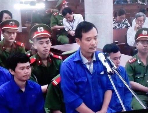 Bị cáo Trần Quốc Đông nghẹn ngào nói lời sau cùng, có lúc đứng im như tượng - Ảnh chụp qua màn hình