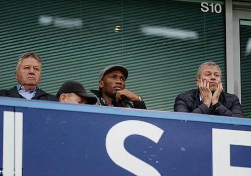 Hiddink, Drogba cùng ông bầu Abramovich trên khán đài sân Stamford Bridge