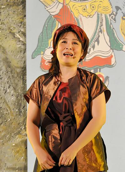 Năm 2012, Hồng Vân được trao tặng danh hiệu Nghệ sĩ Nhân dân.