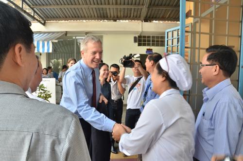 Đại sứ Mỹ Ted Osius bắt tay lãnh đạo Trung tâm Tham vấn Hỗ trợ cộng đồng HIV/AIDS quận 4