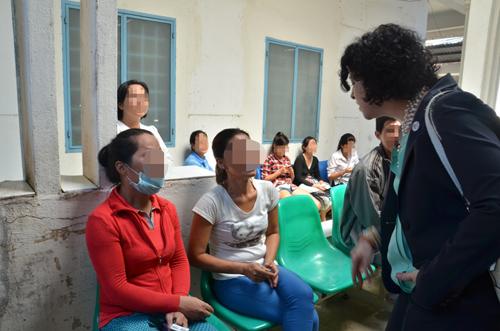 Tổng Lãnh sự Mỹ tại TP HCM Rena Bitter trò chuyện cùng bệnh nhân và người nhà tại trung tâm
