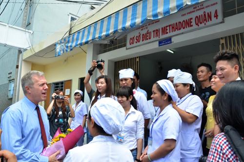 Đại sứ Ted Osius trò chuyện cùng các cán bộ y tế