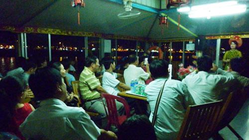 Du khách nghe ca Huế trên sông