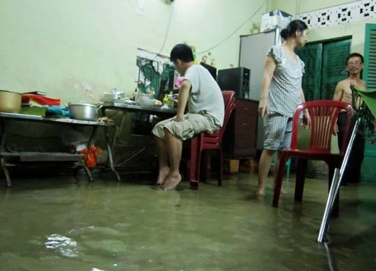 Nước tràn vào nhà dân ở phường Bình Trị Đông A (quận Bình Tân)