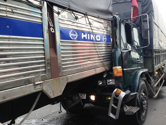 Chiếc xe tải gây tai nạn bẹp dúm phần đầu khiến nhiều người phải phá cửa giải cứu tài xế kẹt cứng bên trong