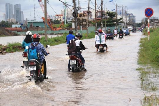 Trưa 16-9, nước vẫn ngập lênh láng trên đường Lương Định Của (quận 2)