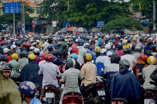 Hàng ngàn phương tiện chết dí trên Quốc lộ 1, đoạn trước khu Công nghiệp Vĩnh Lộc (quận Bình Tân) vào sáng 16-9