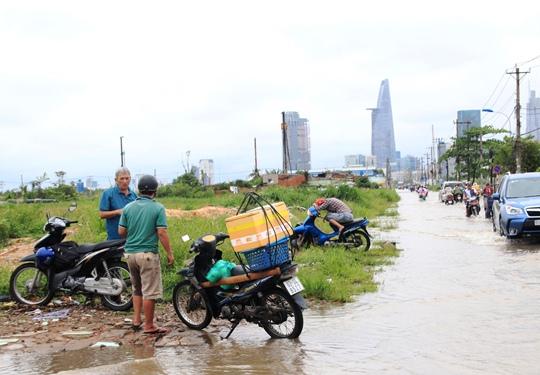 Nhiều phương tiện chết máy phải đậu trên lề đường chờ nước rút mới dám lưu thông