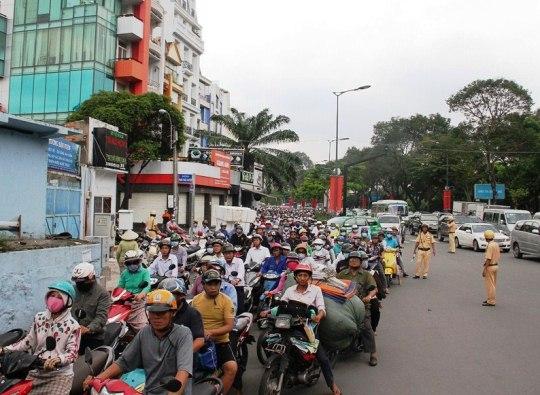 Lực lượng CSGT đội Tân Sơn Nhất có mặt điều tiết giao thông suốt thời gian xử lý hiện trường tai nạn