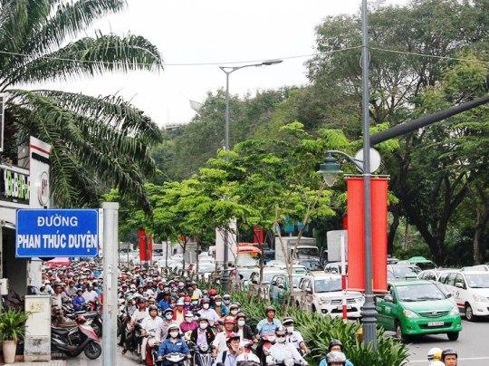 Vụ tai nạn làm giao thông trên các tuyến đường qua công viên Hoàng Văn Thụ bị ùn ứ nghiêm trọng