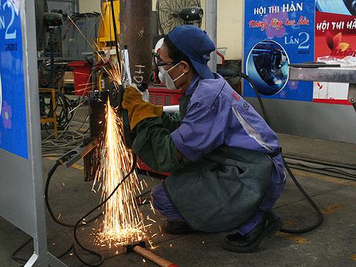 Các kỹ thuật viên tham gia tranh tài tại hội thi thợ giỏi nghề hàn Những bông hoa lửa