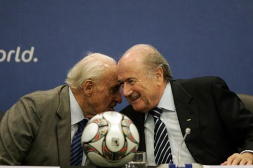 Joao Havelange (trái) và người kế nhiệm ở FIFA Sepp Blatter