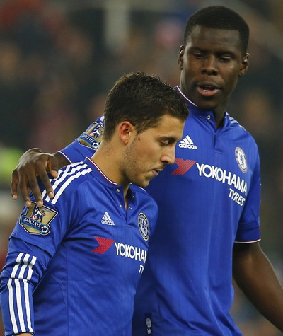Kurt Zouma an ủi Hazard sau loạt đá luân lưu không thành công của Chelsea