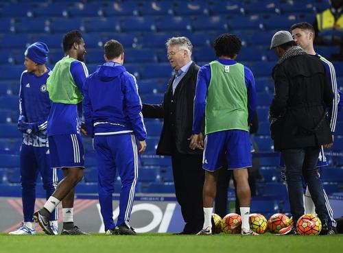 Hiddink chúc mừng các cầu thủ Chelsea sau chiến thắng trước Sunderland