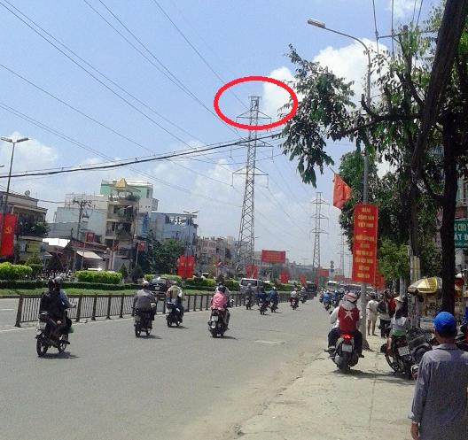 Trưa 11-10, người thanh niên bất ngờ trèo lên trụ điện cao thế trên đường Kinh Dương Vương khiến nhiều người một phen thót tim.