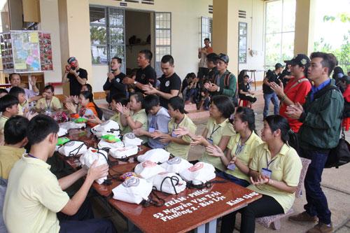 Nhóm Cafe Racer tổ chức thăm, trao quà từ thiện tại Trung tâm Nuôi dạy con nạn nhân chất độc da cam và trẻ em khuyết tật TP Bảo Lộc, tỉnh Lâm Đồng Ảnh: HOÀNG TRIỀU