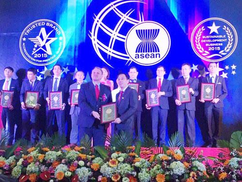 Ông Nguyễn Trung Thành- Phó Tổng giám đốc Vietbank (bên phải) nhận giải thưởng từ đại diện Tổ chức đánh giá và chứng nhận toàn cầu - InterConformity