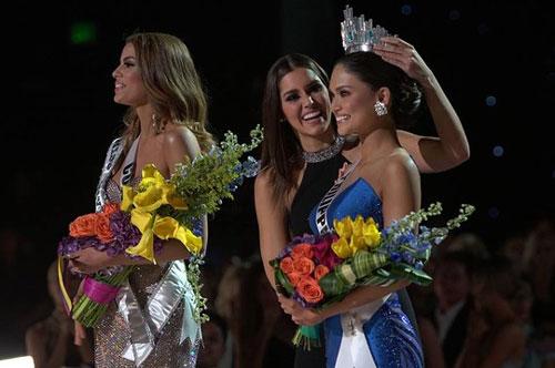 Rất nhiều lời bình phẩm trước sự cố trao nhầm vương miện Hoa hậu Hoàn vũ 2015 (Ảnh từ Facebook của cuộc thi)