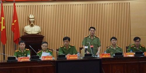 Đại tá Nguyễn Văn Viện (đứng) trả lời các câu hỏi tại cuộc họp báo