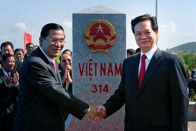 Thủ tướng Nguyễn Tấn Dũng và Thủ tướng Campuchia Hun Sen trong một lần dự lễ khánh thành cột mốc biên giới giữa Việt Nam và Campuchia