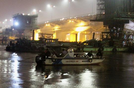 Lực lượng chức năng nỗ lực cứu hộ trong đêm mưa