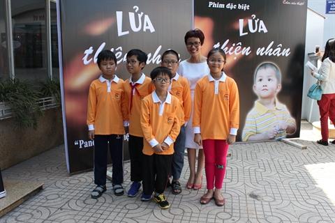 Thiện Nhân (hàng đầu) cùng bạn bè và mẹ nuôi Mai Anh (váy trắng) trong buổi ra mắt bộ phim