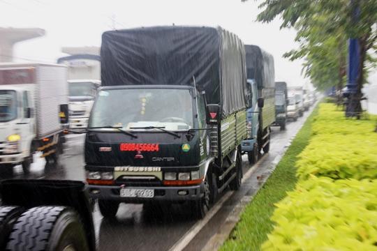 Xa lộ Hà Nội cũng chung cảnh ngộ kẹt xe trong cơn mưa tầm tã